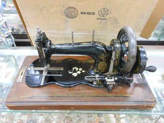 Museo Malacologico: Macchiana da cucire fino '800 con piano intarsiato in madreperla