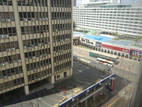Continental Hotel & Casino: Via España y se puede apreciar la estacion de metro y parada de autobuses.