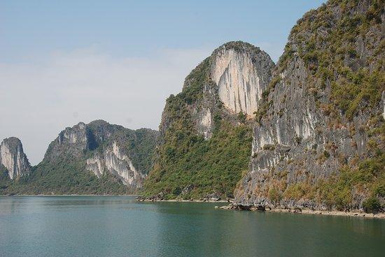 Ha Long Bay Daily Tours: De smukke klipper hvor du kan se små aber klatre rundt.