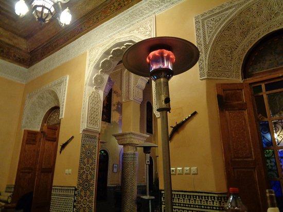Riad Layalina Fez: Diner dans le salon, chauffage inclus : un must