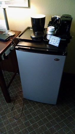 Mayfield, OH: Mini fridge, coffee service, ice bucket. Power strip attached to desk and easy to reach.