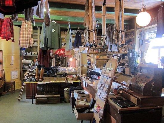 Taivalkoski, Finlandia: Ein Geschäft aus einer anderen Zeit! Und doch stellt man fest, dass es sehr aktiv genutzt wird u