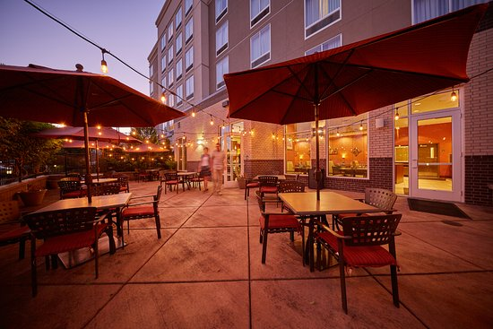 Springfield, OR: Enjoy your meal and a glass of wine out on our patio on a warm summer evening.
