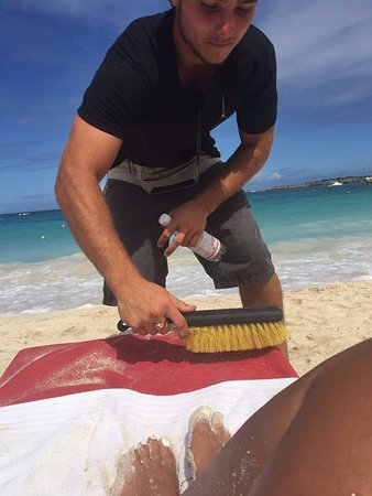 Kontiki: Dylan cleaning off my beach chair...FABULOUS service