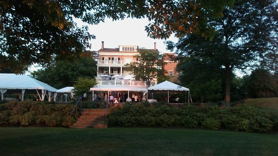 Aurora, Estado de Nueva York: We were wooed all evening by the romantic music from the wedding on the lawn!