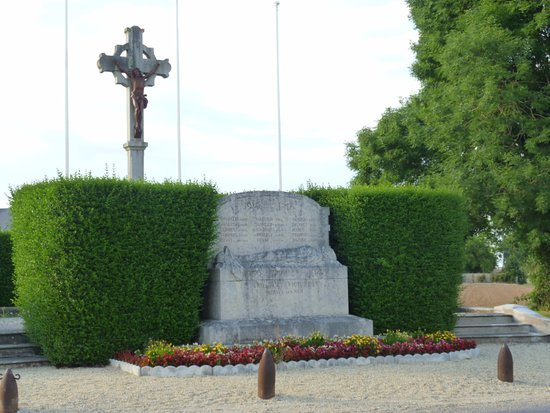 Graye-sur-Mer, ฝรั่งเศส: Monument aux morts around the corner from the B&B