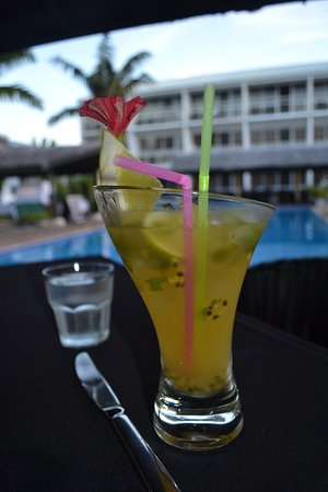 The Melanesian Port Vila: cocktail at happy hour by the pool