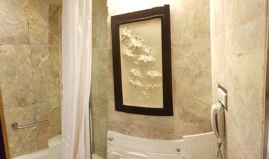 Asia Hotel Bangkok: Typical suite bathroom