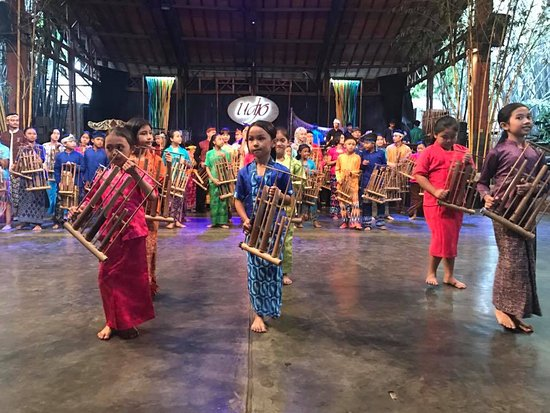 Saung Angklung Udjo: Playing the hand made instruments