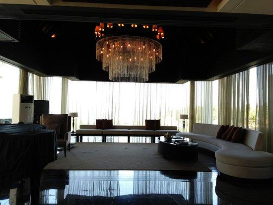 โรงแรมบันยันทรี อังกาซัน: Living room of 3-bedroom Presidential Villa