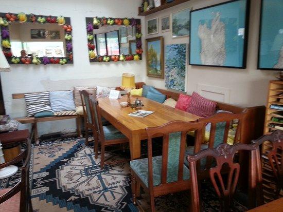 Methven, นิวซีแลนด์: Old furniture in Primo Cafe.