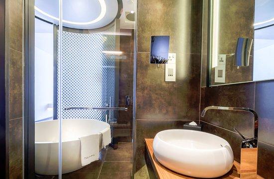 Naumi Hotel: Andy Warhol Inspired Room, Bathroom