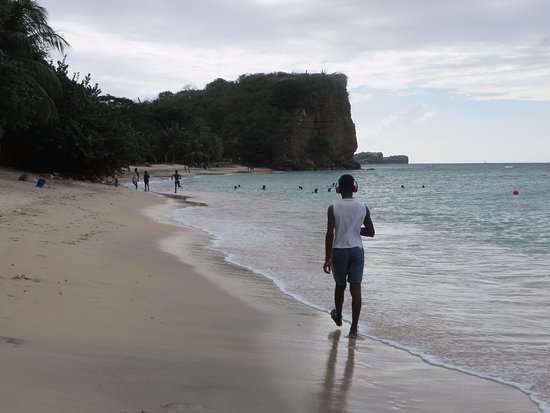Saint David Parish, Grenada: Cliffs frame Lasagesse beach on one side