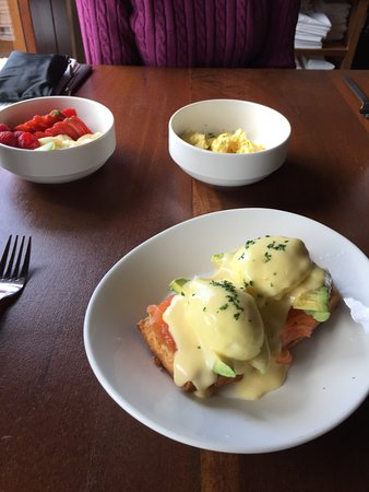 Albany, Califórnia: Cafe Eugene - Green Eggs w/ salmon (Benedict), sides of scrambled eggs and fruit cup