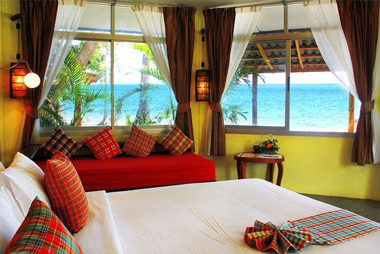 Lipa Noi, Tailandia: Surrounded by the breath-taking view of the cobalt blue sea.