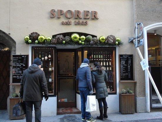 Spirits Sporer : 次から次へと、引き込まれるように店に入っていく