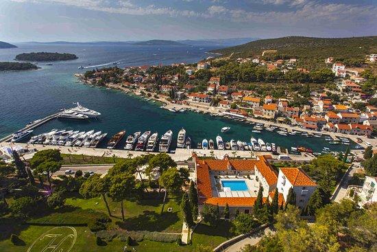 Rogac, Croatia: Maslinica- Solta Island