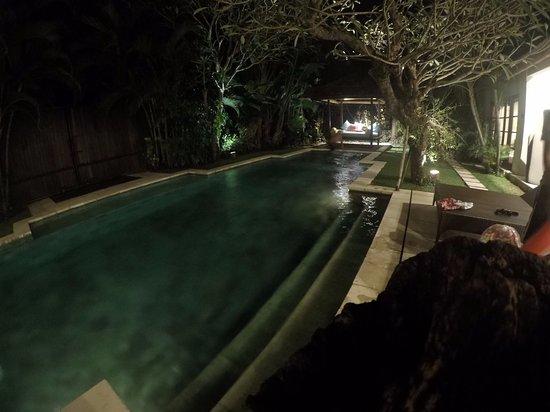Villa Bali Asri: 夜拍泳池!