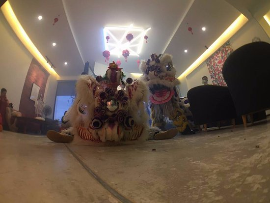 Roomies Boutique Bed & Breakfast : Lion Dance during CNY in the lobby