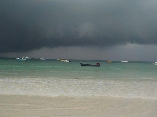 Praslin, Seychellerna: Auch im Anzug dunkler Wolken ist es einfach toll!