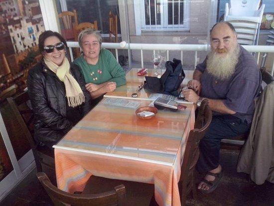 Rancho Marinero: Estamos con la dueña (la que llevabufanda) charlando y esperando la comida que su marido nos tra