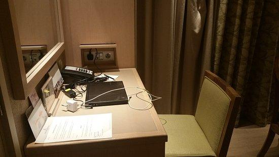 Shangri-La's Rasa Sentosa Resort & Spa: The desk and power sockets