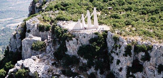 Preveza, Yunani: Τὸ ὄρος τοῦ Ζαλόγγου ὃπου βρίσκεται τὸ έπιβλητικὸ μνημεῖο τῆς θυσίας τῶν Σουλιωτισσῶν.