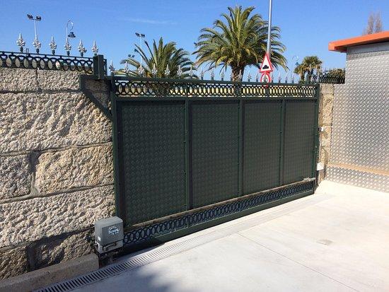 Hotel Playa de Vigo: Secure car park gate taken from inside grounds