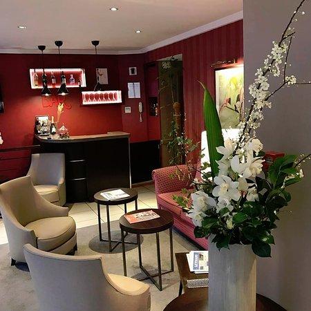 Europe Hotel Paris Eiffel: The Bar lobby
