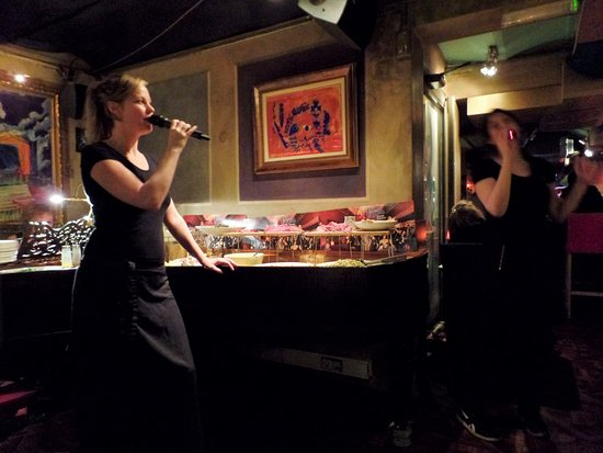 Pasta e Basta: zingende serveersters