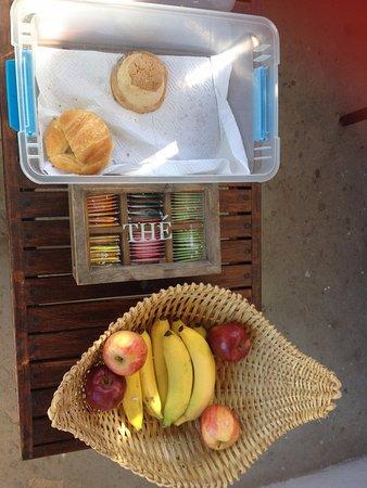 Las Tres Palmas Hotel: caja con pan y cesta de fruta