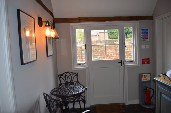 Wye, UK: Kitchenette, Door out to Small Enclosed Patio Area with 2 tables and 4 chairs