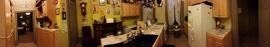 Stone Gables Bed and Breakfast: Kitchen panoramic.