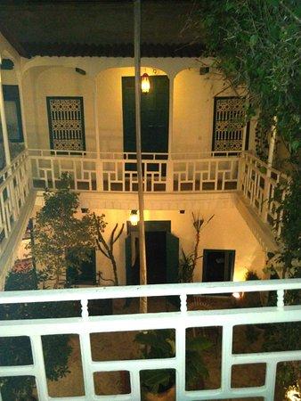 Dar Zouar: patio su cui si affacciano le camere
