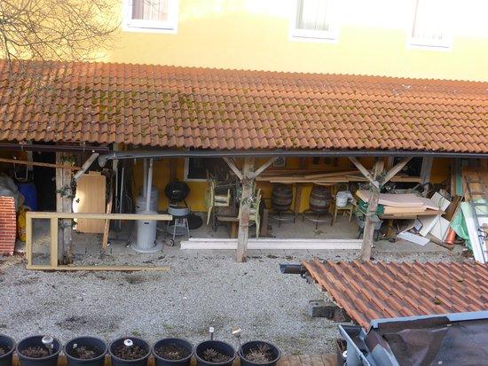 Engerwitzdorf, Autriche : Blick in den Hof voller gerümpel