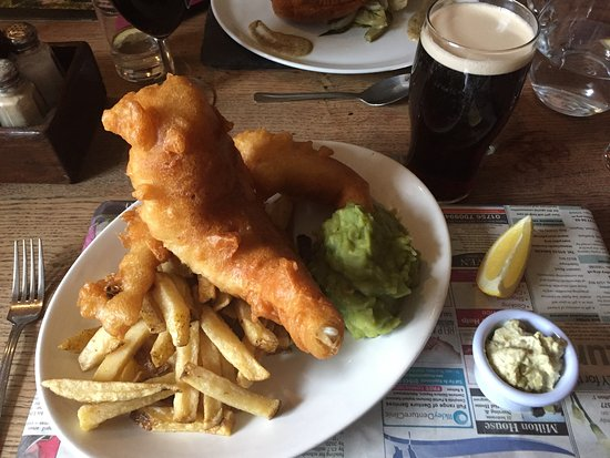 Appletreewick, UK: The large haddock and chips with mushy peas - delicious!