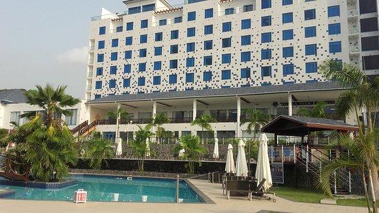 Best Western Plus Atlantic Hotel: Le batiment principal et la piscine