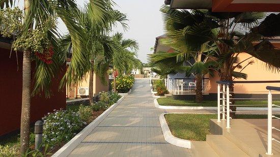 Best Western Plus Atlantic Hotel: Allée au milieu des bungalows