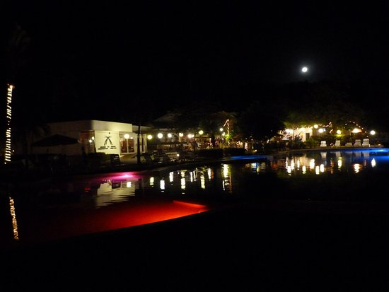 Hotel Villas Playa Samara: full moon over pool and restaurant