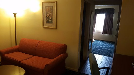 Quality Inn & Suites: Living Room