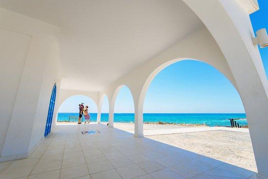 Ayia Thekla Beach: вид на море от церкви