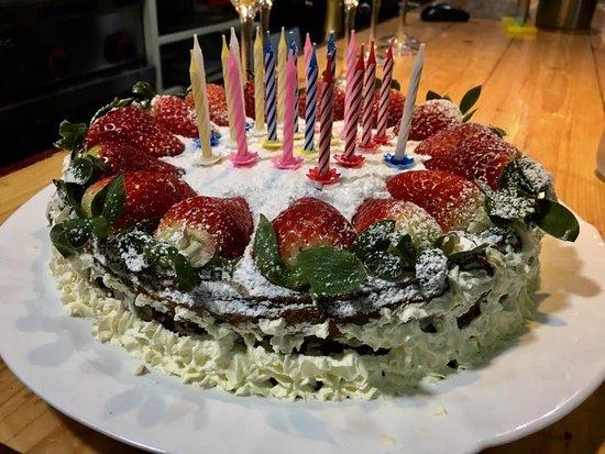 tarta de fresas y nata con bizcocho