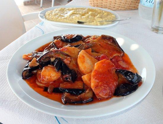 Arkassa, اليونان: Melizanes e potatoes e hummus