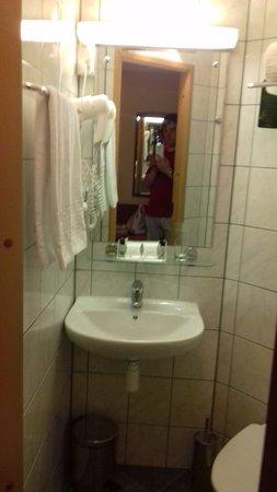 Dostoyevskiy Hotel: очень компактная ванная