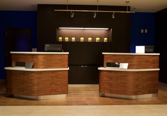Arden, Carolina del Nord: Welcome Pedestals at Courtyard by Marriott Asheville Airport