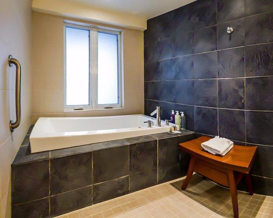 Coast Penticton Hotel: Superior Room Bathroom
