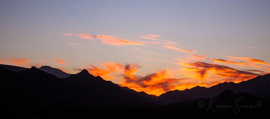 Ladismith, Sudáfrica: Seweweekspoort Peak, highest in Western Cape, visible late afternoon during sunset.