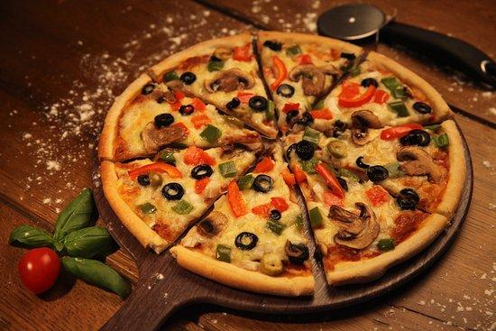 Hollywood Me Restaurant & Coffee Shop: Veggiemania Pizza