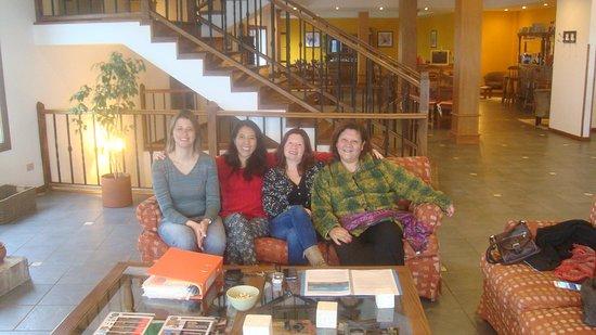 Terraza Coirones Hotel Boutique: Las amigas reunidas en el living