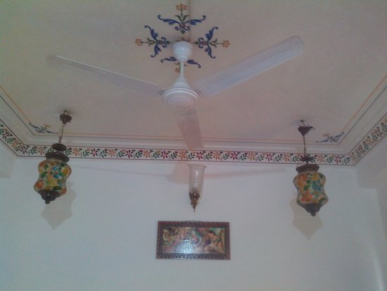 Hotel Thamla Haveli : The ceiling.. Its decorated nicely